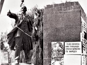 Snyatie-pamyatnika-Leninu-v-Ternopole-v-1990-godu